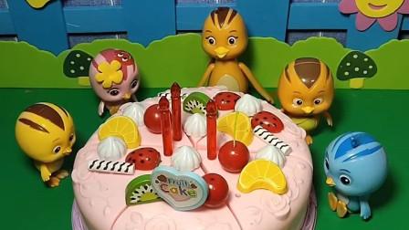 鸡妈妈带着小鸡们做巧克力蛋糕,它们放了很多水果,你喜欢吃蛋糕吗?