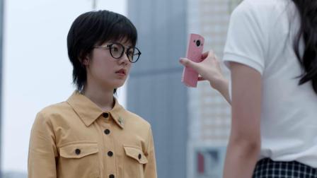 闺蜜俩反目,闺蜜拿出手机给女孩看了张照片,女孩瞬间红了眼