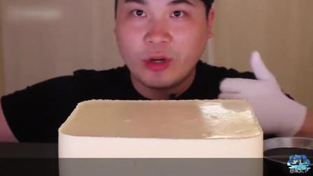 大胃王吃一大块奶酪布丁,浇上焦糖液口感甜美,网友脸又大了