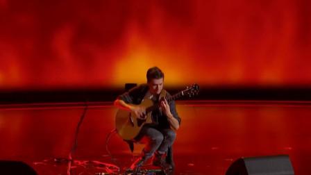 弹吉他的小伙子又来啦,还是一样的热情似火,技术不错哦