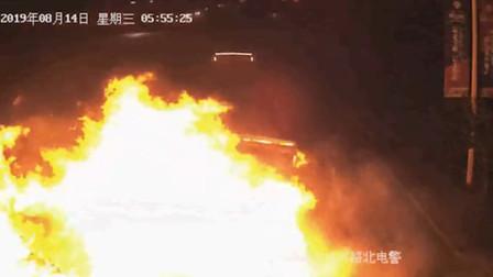 监拍四川一货车疲劳驾驶追尾瞬间 车头突然燃起数米高大火