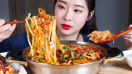 美味的牛肚火锅,香气不断释放,小姐姐吃起来毫不浪费!