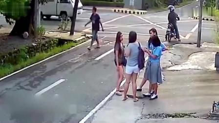 4名女子放学在路边等车,突然不对劲了,下一秒难以置信