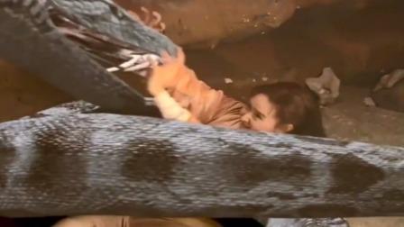 魔界:美女被蟒蛇盯上,本以为必死无疑,怎料蛇肚子里的人救了她