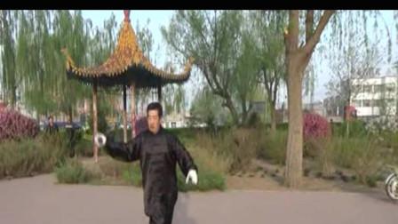 视频后期制作 萱子;髦耋老人孙庆余晚年生活丰富,这是他晨练时表演的九节鞭