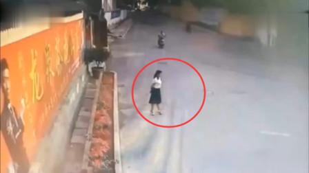 女子在巷子口来回徘徊,要不是监控,场面难以置信