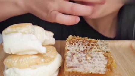 美女吃奶油蛋糕和蜂巢蜜,蛋糕软软的奶油甜甜的,吃得好香