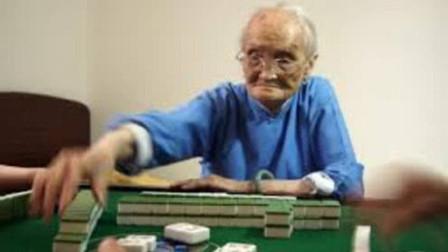 """湖北老太太自称""""雀后"""",打牌没输过,这两招秘笈谁也学不会!"""