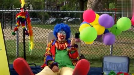 男孩请路人帮忙与小丑合影,没想到小丑将球踢飞