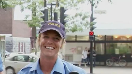 警察请路人帮忙将标志拿走,没想到砸碎警车玻璃