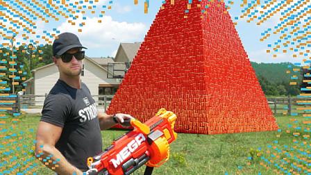 """作死老外:把10万个纸杯叠成""""金字塔"""",用枪射击后,下一秒腿软了!"""