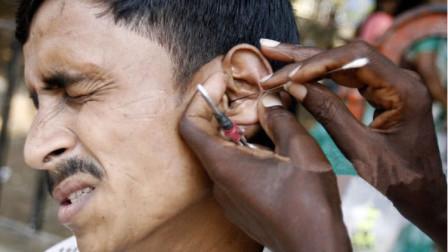 印度街头采耳师有多强?一勺子下去怀疑人生,本地人对此爱不释手!