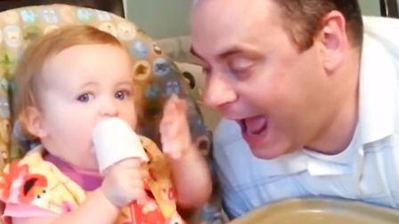 爸爸假装要吃宝宝的雪糕,吃货宝宝赶紧用手推开爸爸,家人笑翻了