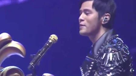 周杰伦演唱会时,没想到竟有歌手冒充观众!网友:周董反应很真实