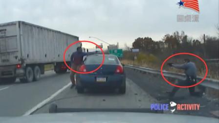 这个歹徒有点牛,两个美国警察都摁不住,还敢开枪反抗!
