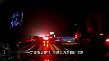 旁边货车刹车灯亮起了 前方也是一片刹车灯 他却傻傻的给油超车