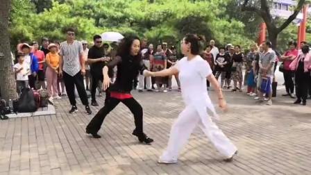 两位漂亮大妈吉特巴表演,跳得真好看