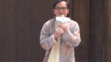 成龙回应在演唱时被伴舞小武僧飞踹:还好小朋友的脚没事