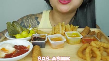 国外吃货微笑姐,吃洋葱圈+芝士棒+炸鸡+薯条,吃的真享受