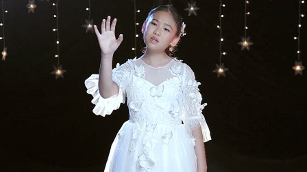 10岁小女孩翻唱《左手指月》,一开口惊艳众人,网友:说好的童声呢