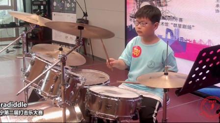 小伙子架子鼓演奏,打出了完美旋律