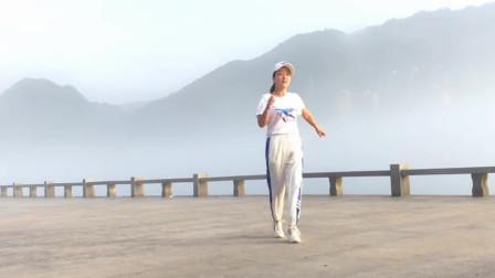 美女江边独自演绎鬼步舞90步《流泪的情人》,这景实在太美了!