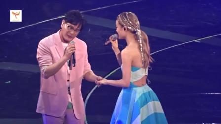 容祖儿红馆演唱会与张信哲合唱《爱如潮水》、《习惯失恋》