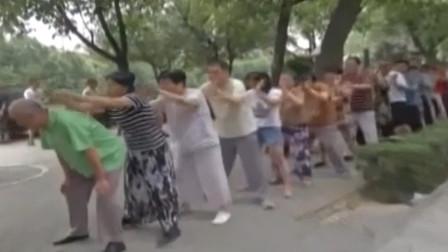 老人排队相互捶背?公园自创新奇健身法,老人为身体健康出奇招!