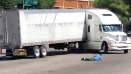 集装箱大货车失控溜坡270度大旋转 司机绝望追赶被绊倒