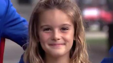 男孩去洗手间变成超人将女孩救出来,路人在一旁笑懵