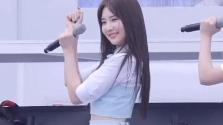 韩国女团青色短裙热情舞动太可爱啦!网友:好干净的感觉,比整容脸好看多了
