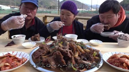 韩国小伙嫌屋里太暗,室外支锅炖大骨头,大锅炖肉就是香!