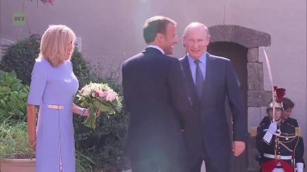 普京又送花了!这次是法国的第一夫人