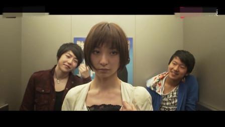 美女在电梯被小伙搭讪,美女淡淡一笑,五秒钟将他俩打倒-