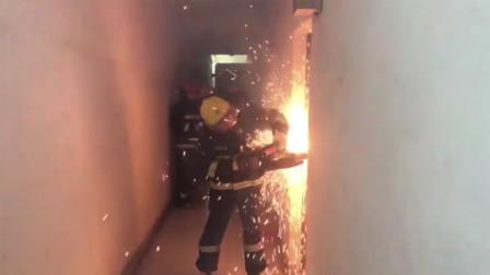 民宅发生火灾一女子被困 群众:消防员不仅会救火还会救人
