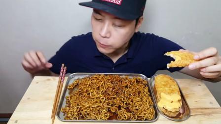 韩国大胃王吃炸酱面和鸡排,最后吃得干干净净,满嘴酱汁真诱人!