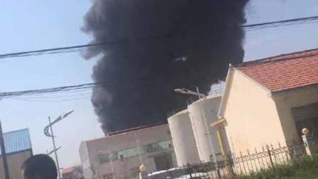 山东博兴县一厂区突发大火 疑似导热油锅炉泄漏发生爆燃