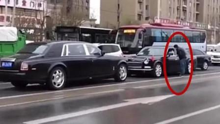680万劳斯莱斯逆行,其他车纷纷避让,这辆国产车红旗不甘示弱!