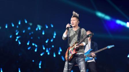 谢霆锋百人乐队现场太震撼,一把吉他摇滚开唱,一开嗓太帅了