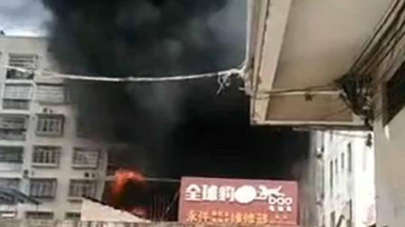 广西灵山:电动车行新电车铁棚起火 现场火舌喷涌浓烟弥漫