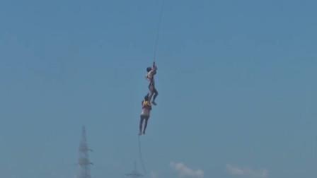 霸气!两男子捕鱼被困狭窄码头 印度空军派直升机放绳索救人