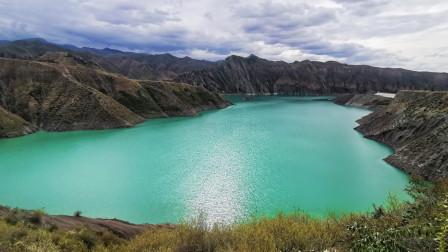 新疆不一定要去景点,山里的水库都能这么美,吃个烧烤美极了
