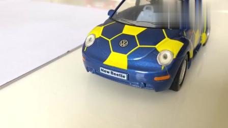小男孩用科技笔绘画汽车标志变魔术玩奔驰,布加迪,丰田和雪佛兰