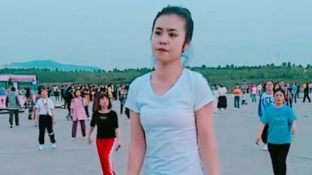气质辣妈广场舞跳的轻松自然,舞姿优美很有女人味