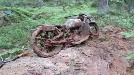 小伙发现地下埋着东西,挖出来一辆摩托车,专家鉴定后乐坏了