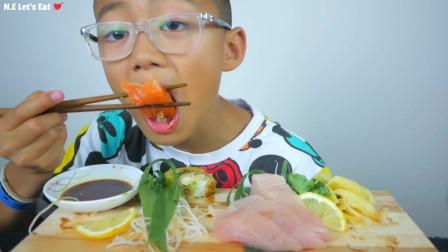 国外小朋友,试吃极品生鱼块,蘸着酱油吃真鲜美