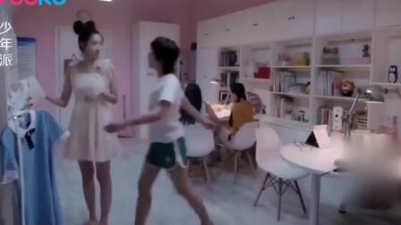 校花肤白貌美 ,平时穿校服看不出来,换上短裙后,大长腿美爆了