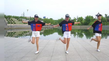 三姐妹公园跳鬼步舞《沉醉红尘》,这音乐太好听了,陶醉其中!