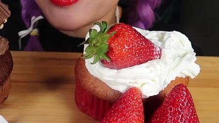 奶油巧克力玛芬、奶油草莓芝士玛芬、巧克力棒、鲜草莓
