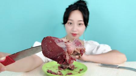 """妹子试吃""""熏马肉"""",长这么大第一次吃马肉,这味道太香了"""